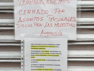 El cartel colgado del cierre de la panadería de Elia y José Luis