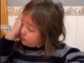 La hija del Chimy Ávila llora al ver la lesión de su padre.