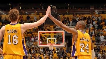 Pau Gasol y Kobe Bryant en un partido de los Lakers