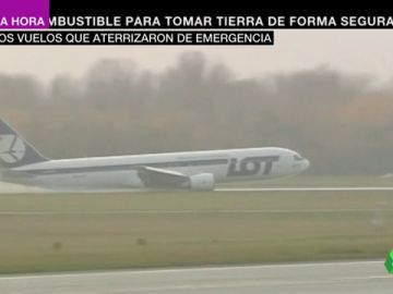 Un avión realizando un aterrizaje de emergencia.