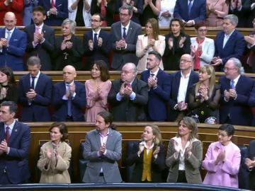 El tímido aplauso de los miembros de Podemos al Rey Felipe VI en el acto de apertura de legislatura en el Congreso