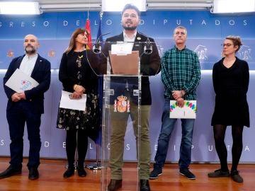 Gabriel Rufián junto a Laura Borrás, Oskar Matute, Néstor Rego y Mireia Vehí durante su comparecencia.