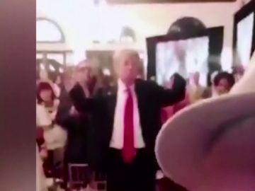 Críticas a Trump por hacer gestos y muecas mientras escucha el himno de Estados Unidos