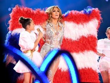 Jennifer López, en plena actuación en la Super Bowl junto a su hija