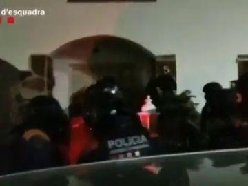 El momento en el que los Mossos irrumpen en una vivienda en una operación contra el narcotráfico y el blanqueo de capitales