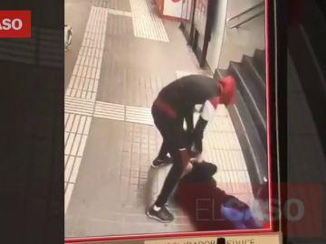 Brutal agresión a una mujer en el Metro de Barcelona con patadas y puñetazos en la cara