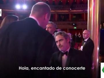 La surrealista reverencia de Joaquin Phoenix al príncipe Guillermo en los Premios Bafta que se ha hecho viral
