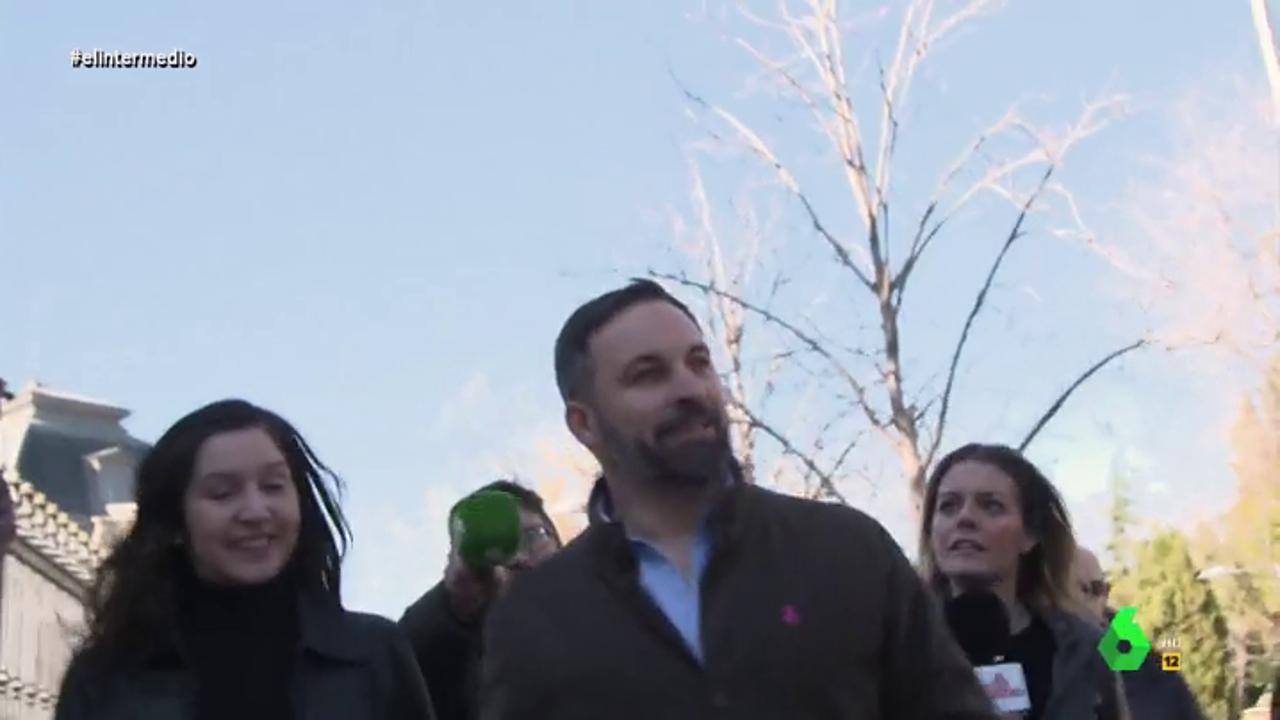 """El tenso momento de Andrea Ropero cuando intenta preguntar a Abascal: """"No me empuje porque me va a tirar"""""""