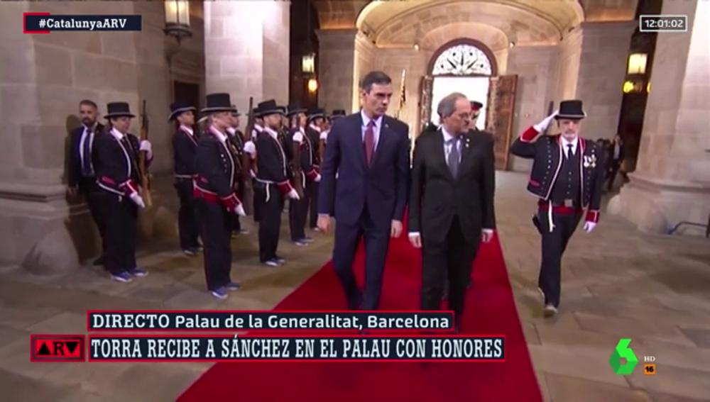 Quim Torra recibe a Pedro Sánchez en el Palau de la Generalitat en un acto con honores de Estado