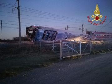 Así ha quedado el tren tras descarrilar en  Casalpusterlengo