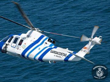 Un helicóptero de Guardacostas de Galicia trabajando trabajando en el rescate