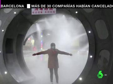 De túneles de esterilización a mujeres encerradas en jaulas: las imágenes del miedo de las autoridades chinas por el coronavirus