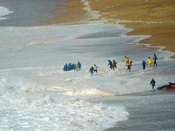 Momento del rescate a Alex Botelho en Nazaré