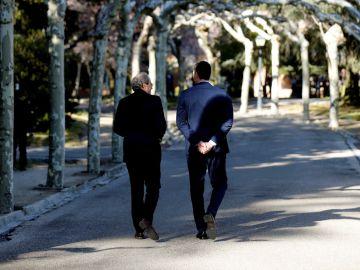 Pedro Sánchez y Quim Torra pasean por los jardines de Moncloa