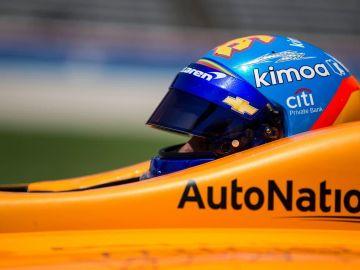 Fernando Alonso pilota un vehículo de la IndyCar Series