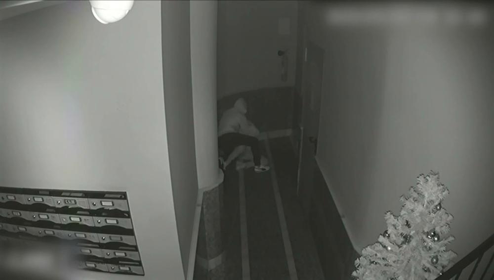 Atraco con violencia en un portal: arroja al suelo a una vecina, la golpea y la intenta estrangular
