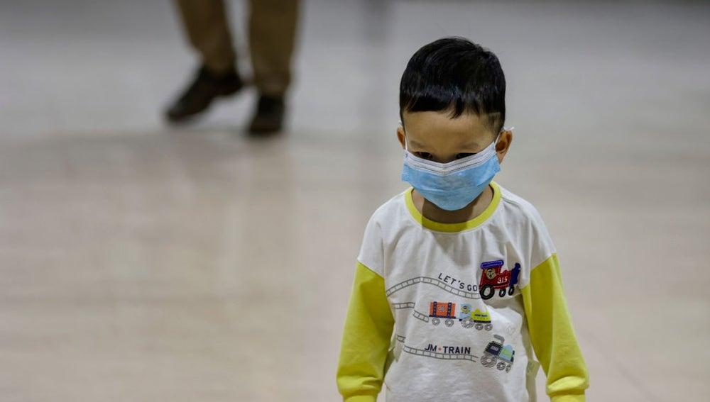 Un niño con una mascarilla para protegerse del coronavirus