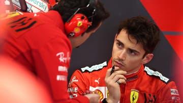 Charles Leclerc en el box de Ferrari