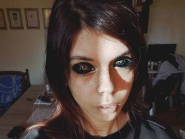 La modelo Aleksandra Saowska con los ojos tatuados
