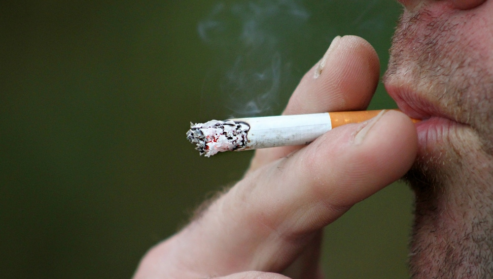 Persona fumando.