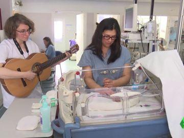 Cantar y tocar como 'medicina': así beneficia a un bebé (y a sus padres) los efectos de la musicoterapia