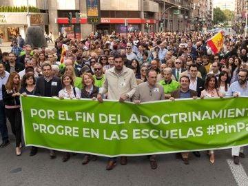 Los diputados de Vox en el Congreso por Murcia Lourdes Méndez y Luis Gestoso, entre otros dirigentes del partido en Murcia durante  la manifestación celebrada contra el veto parental