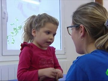 El duro día a día de Paula con seis años: no puede caminar ni hablar por el síndrome de Rett