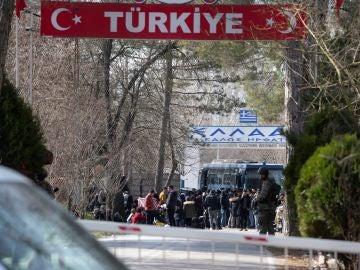Migrantes en la frontera greco-turca a la espera de entrar en la UE