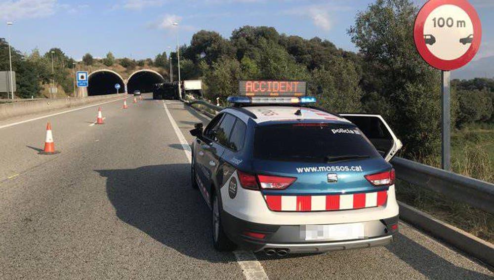 Un coche de los Mossos d'Esquadra, parado tras un accidente de tráfico