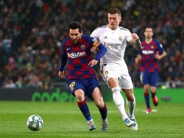 Messi encara la portería del Real Madrid ante la defensa de Kroos.
