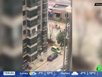 La imagen de la desesperación en China: una mujer desciende de un octavo piso para escapar del confinamiento