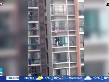 Unos vecinos se juegan la vida para rescatar a una niña colgada de la ventana de un quinto piso