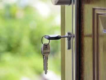 Imagen de archivo de unas llaves en la puerta de una vivienda