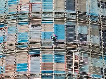 El Spiderman francés escala la torre Agbar