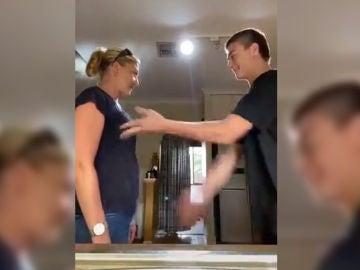 El polémico vídeo de un joven golpeando los pechos de su madre