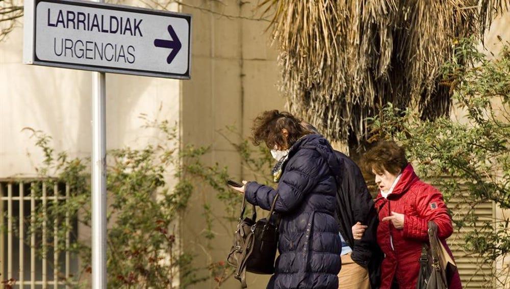 Una mujer sale del hospital Universitario de Álava-Txagorritxu
