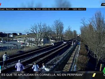 Una familia a punto de ser arrollada por un tren por estar haciéndose fotos en las vías