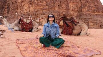 Silvia Abril meditando en el desierto