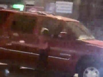 Posible caso de maltrato infantil: conduce con una niña colgada de la ventanilla del coche