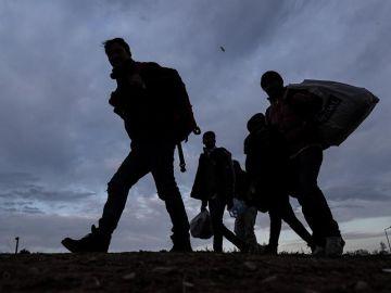Un grupo de refugiados intenta cruzar la frontera griega