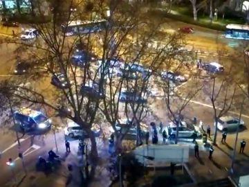 El emotivo homenaje de decenas de agentes de Policía a los sanitarios por su labor en la crisis del coronavirus