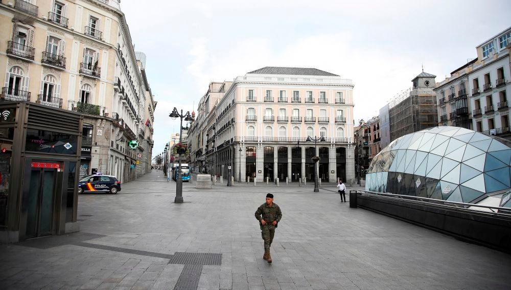 Imagen de la Puerta del Sol durante el confinamiento de marzo