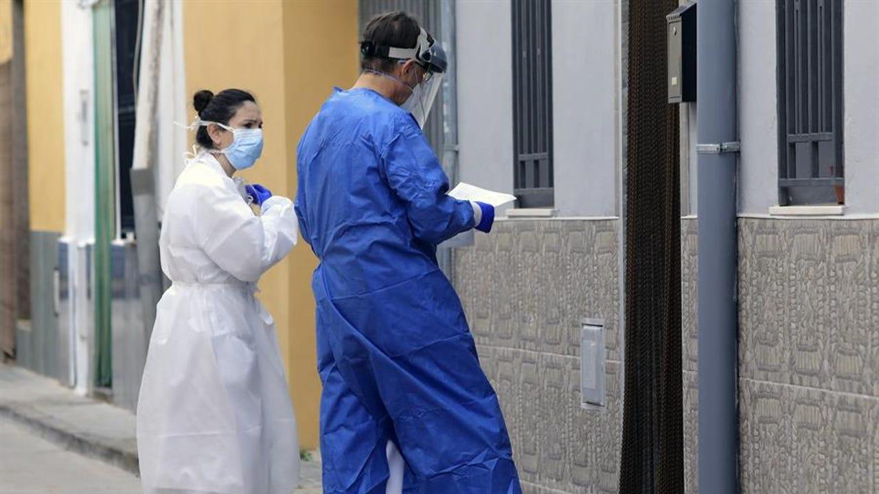 Sanitarios atienden a domicilio a un paciente en plena crisis del coronavirus