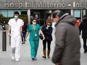 Trabajadores de la sanidad junto a la entrada del hospital La Paz de Madrid