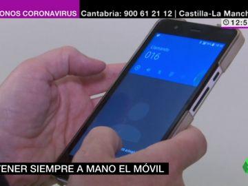 Imagen de una persona con un móvil