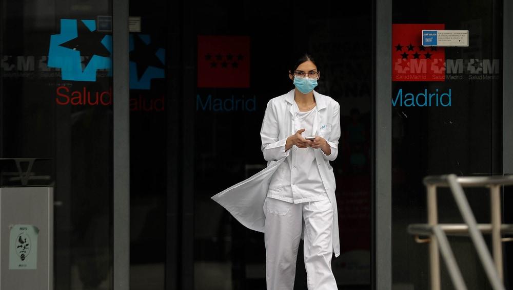 Una enfermera sale de un hospital madrileño