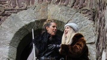 Amaya y Agripina bromean con una espada a las puertas de una edificación de piedra