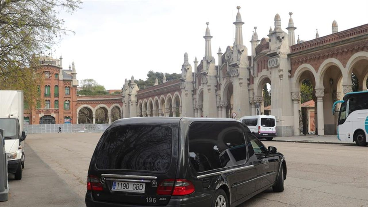 Un coche funerario ante el Cementerio de La Almudena.