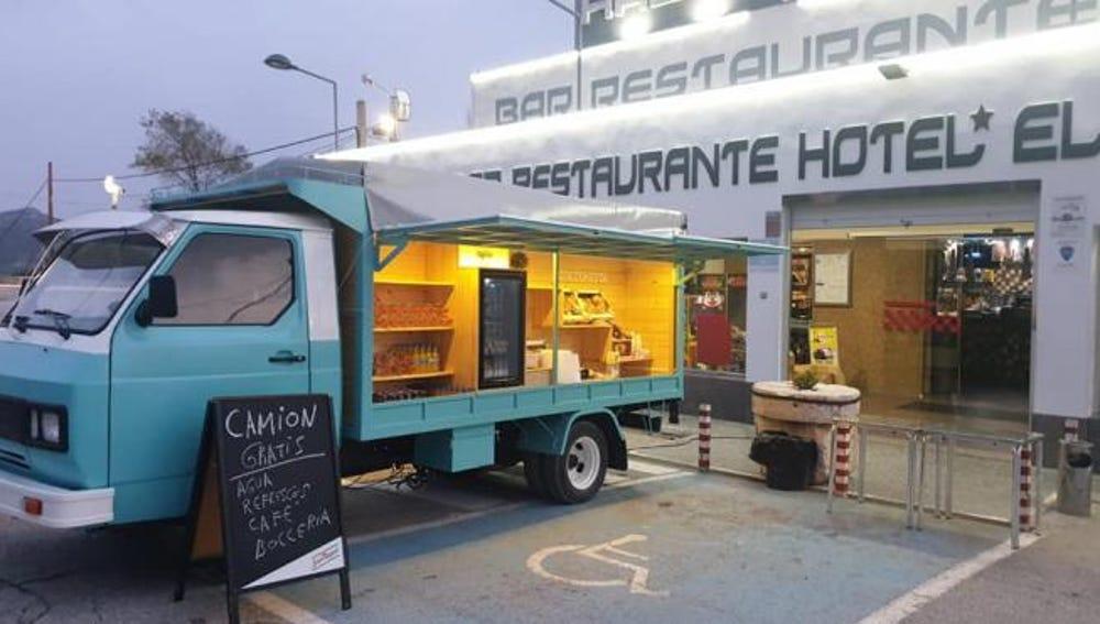 La camioneta situada delante de Restaurante El Hacho.