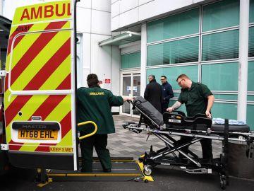 Los empleados del Servicio Nacional de Salud (NHS) trabajan fuera de un hospital en Londres.